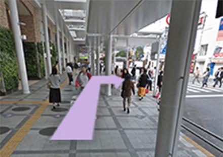 道順2 北口を出て左を見ると、横断歩道があります。横断歩道を渡り、吉祥寺サンロード商店街に入る前で左折します。